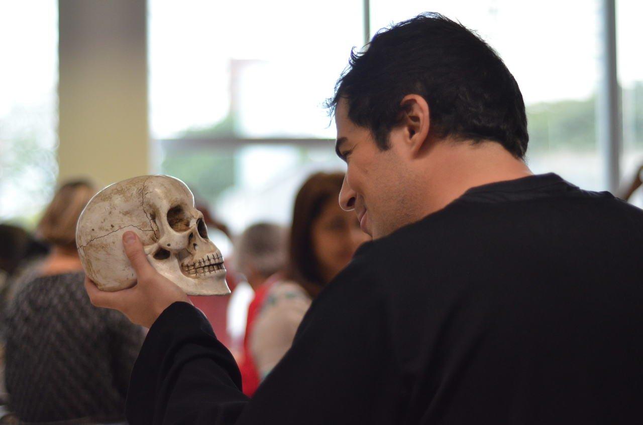 Ator encena Hamlet em oficina com educadores