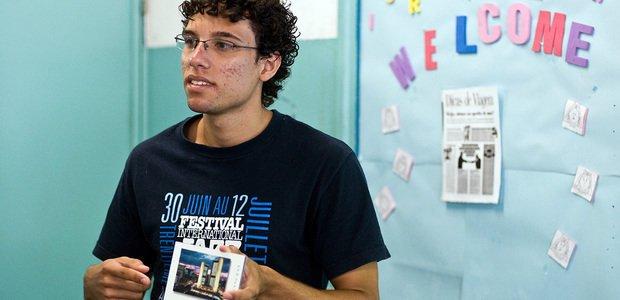 Estudante da EE Nilo Povoas divide com a turma sua experiência de intercâmbio. Foto: Felipe Barros