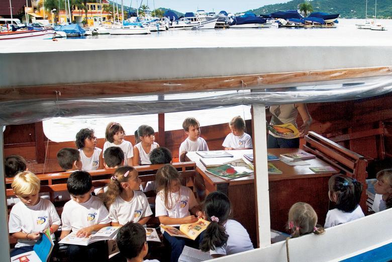 Todo mundo preparado para zarpar na Barca dos Livros, em Florianópolis: passeio com leitura convence a criançada de que ler não tem nada de chato. Foto: Eduardo Marques/Tempo Editorial