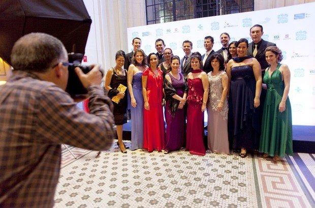 Os Educadores Nota 10 de 2012 posam com os entregadores do Prêmio, professores e um gestor premiados em anos anteriores