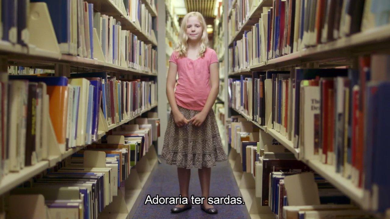 """Foto de menina loira no meio de uma biblioteca com a frase """"Adoraria ter sardas"""""""