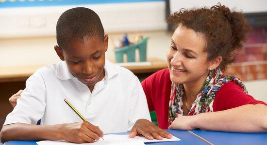 O docente precisa propiciar situações de leitura com regularidade, permitindo que os alunos se familiarizem com as características de cada gênero. (Foto: Shutterstock)
