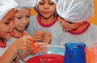 DO SÓLIDO... A turma da EM Professor Luiz Cavallon mistura água ao pó da gelatina e vê a dissolução na prática. Fotos: Alexis Prapas