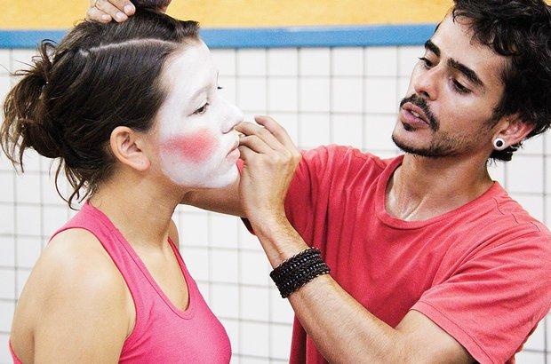 A maquiagem escolhida pelos alunos refletia a identidade de cada um. Leite ajudou na pintura. André Menezes