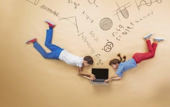 Alunos olhando um computador em fundo com símbolos matemáticos