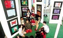 Inventividade ao transformar o pátio em galeria temporária