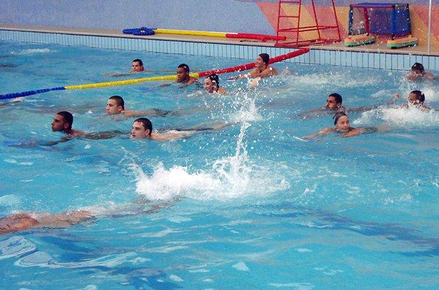 Dentro da piscina da escola, os estudantes da EJA praticaram movimentos básicos do nado. Uma das atividades feitas consistia em usar pranchas e ir de uma margem para a outra batendo os pés. Arquivo pessoal