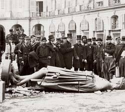 Militares cercam estátua de Napoleão derrubada durante a Comuna de Paris: Marx chega às ruas. Foto: Hulton Archive /Getty Images
