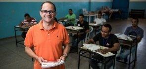 Professor Di Gianne de Oliveira Nunes em uma de suas aulas de História dentro de um presídio