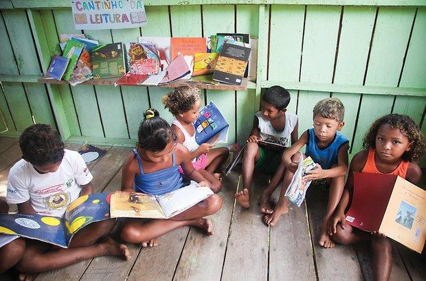 O hábito de ler é incentivado na classe multisseriada. Apesar de haver poucos livros nos dois cantinhos, a turma é ágil na escolha da obra preferida. Manuela Novais