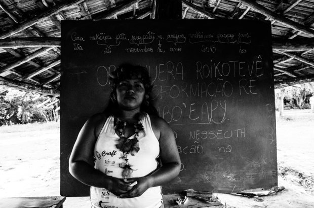 Há três anos, a professora indígena Paulina Martines ensina a língua avá guarani e outros conhecimentos de sua etnia para crianças e adolescentes da aldeia Y?hovy. Como apoio didático, conta somente com um quadro-negro e giz. Todos em idade escolar na tribo frequentam suas aulas. Foto: Marcelo Almeida