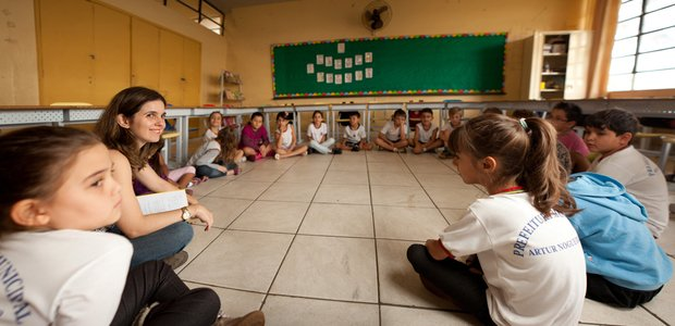 criancas votam juntas em assembleia