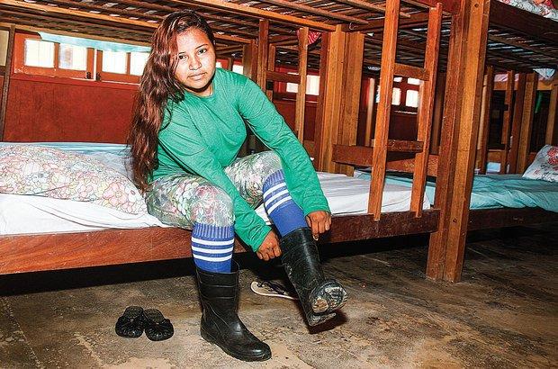 No despertar do alojamento da CRF, Julia se apronta para mais um dia de aula. Janduari Simões