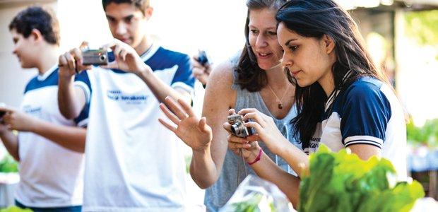 Na feirinha do agricultor, os estudantes testaram o que aprenderam em sala e tiraram dúvidas com a professora. Foto: Marina Piedade