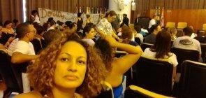 Selfie da professora sentada na plateia durante sessão da camara