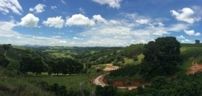 Vista panorâmica de área montanhosa de Minas Gerais com trecho de estrada de terra