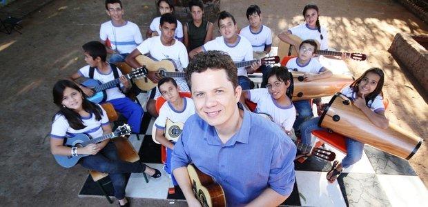 Para fechar o projeto e ampliar o repertório da comunidade escolar, a turma de Alessandro organizou uma série de apresentações. Os alunos tocaram três músicas de Cartola - 'As rosas não falam', 'O Sol nascerá' e 'Corra e olhe o céu'. Foto: Marco Monteiro