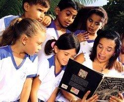 Rosany lê contos de assombração: momentos de magia que ajudaram na alfabetização da turma. Foto: Luís Moraes