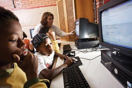 AULA COM SENTIDO Na EMEF Deputado Victor Issler, Luciene ensina produção de texto no computador. Foto: Tamires Kopp