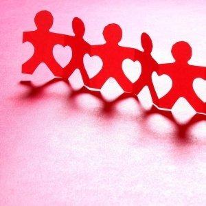 Empatia: bonecos de papel de mãos dadas