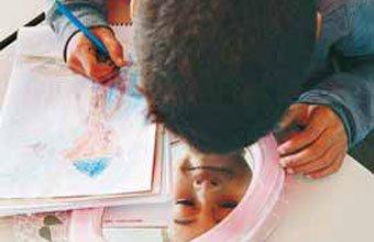 ESPELHO MEU A observação atenta fez com que as crianças notassem a expressão dos olhos. FOTOS DANIEL ARATANGY