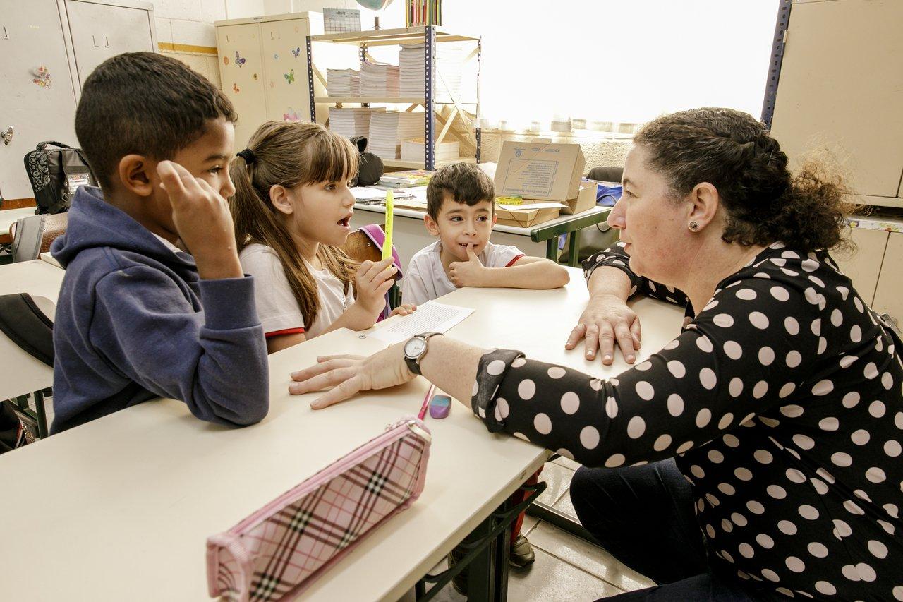 Mara Mansani ensina os alunos em sala de aula