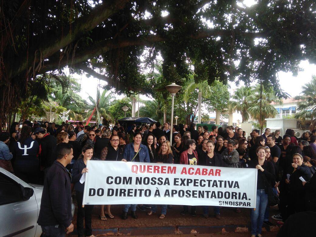 Grupo caminha pelas ruas de Paranaíba (MS) contra propostas do governo federal para as leis trabalhistas