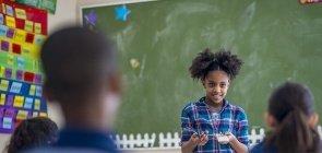 Estudante toma a frente da sala para explicar conceitos em exemplo de aluno protagonista de seu próprio aprendizado