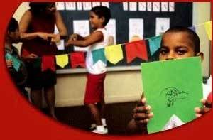 Assim se diz verde: na hora de decorar a sala de aula, a turma conhece as cores. Foto: Edson Ruiz