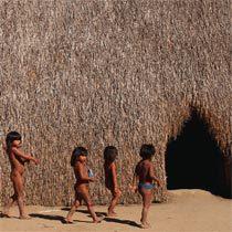 Entre o povo kamayurá, no Norte do Brasil, as ocas eram construídas com estruturas de madeira e taquara, além da cobertura de palha. Elas não têm divisão interna e servem de moradia para várias famílias. Hoje, estas habitações continuam a existir nas aldeias. Foto: Renato Soares