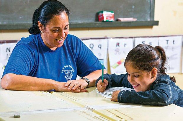Adaptada à escola, a pequena Mariana escreve com o auxílio da professora Mara. Tamires Kopp