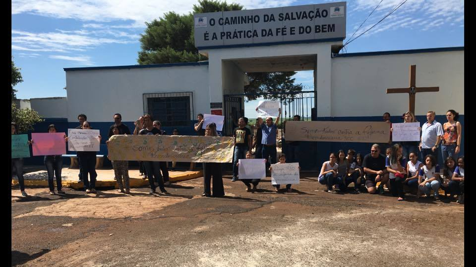 Foto de um protesto de professores de escolas do município de Morro Agudo, em São Paulo.
