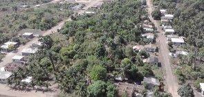 Vista aérea de uma grande área verde ladeada por duas estradas