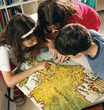 OLHAR PARA O PASSADO No Colégio Oswald de Andrade, as crianças analisam mapas antigos para perceber mudanças. Foto: Raoni Maddalena