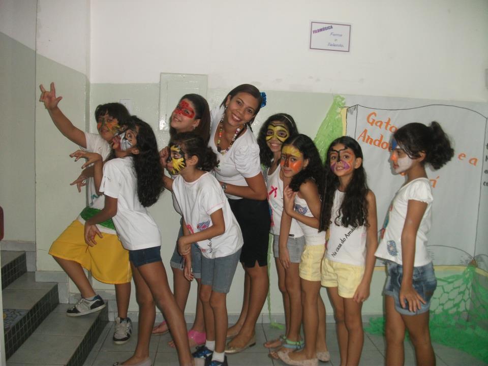 A professora Carla Reis e seus alunos