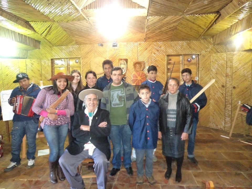 A professora Susete Silva e seus alunos na celebração dos 100 anos da Guerra do Contestado
