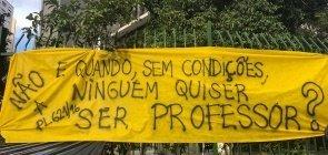 Faixa pendurada diante da Câmara Municipal de São Paulo durante protesto dos professores e servidores municipais contra o projeto de lei 621/16