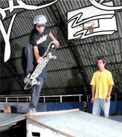 Fortalecimento de pernas e atenção aos movimentos: o skate é familiar aos adolescentes. Foto: Eduardo Braz