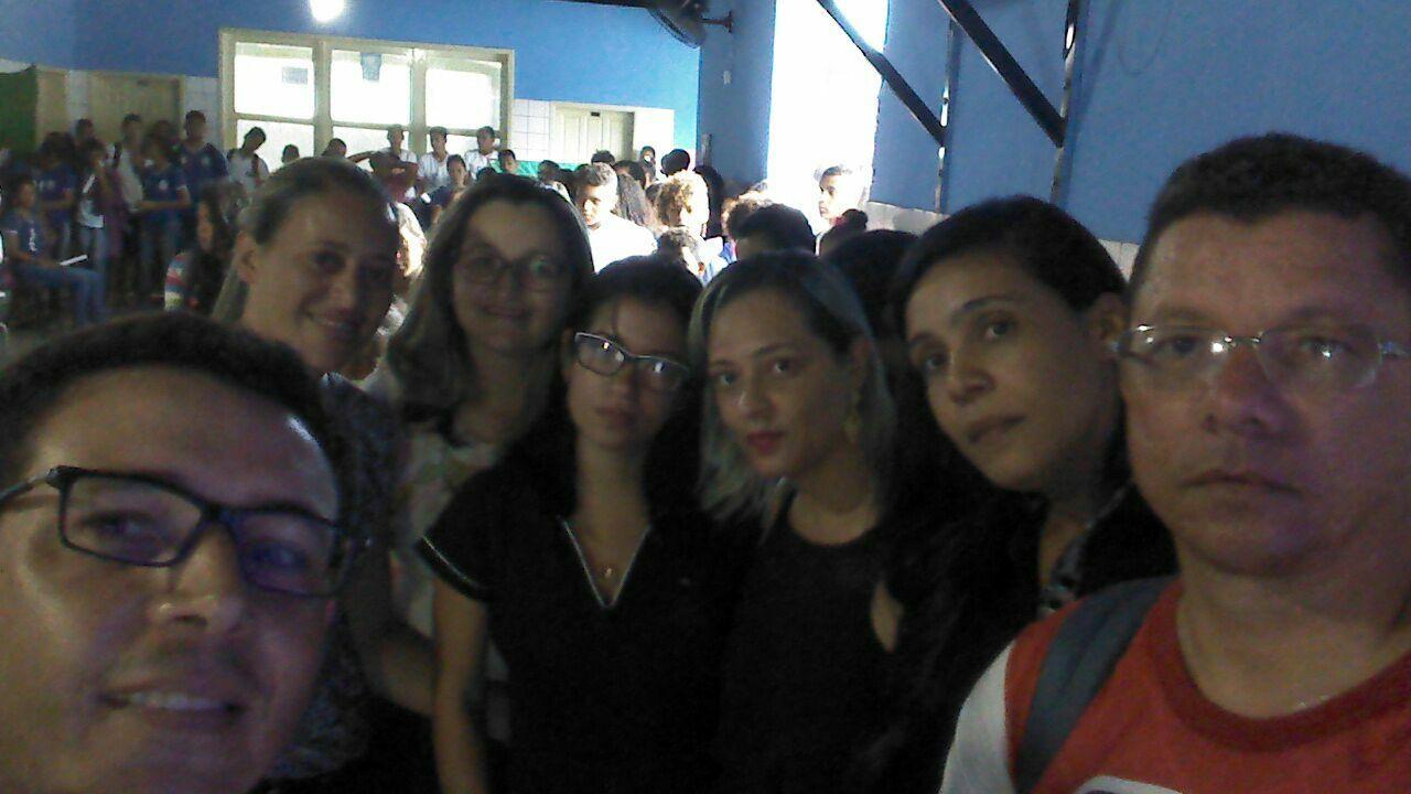 Professores tiram selfie numa escola em São João da Panelinha depois de protesto contra reforma da previdência