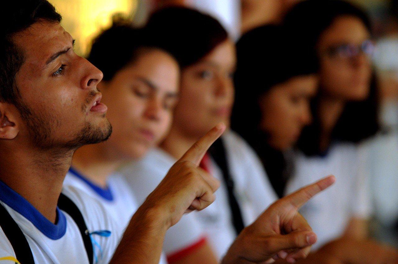 Aluno bilingue fala em Libras com colegas
