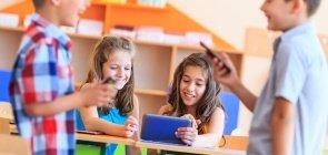 Crianças usam celular e tablet na escola