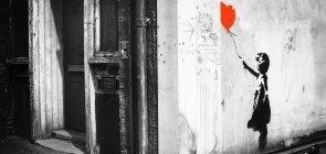 Grafite Girl with Balloon (menina com balão), de Banksy, nas ruas de Londres