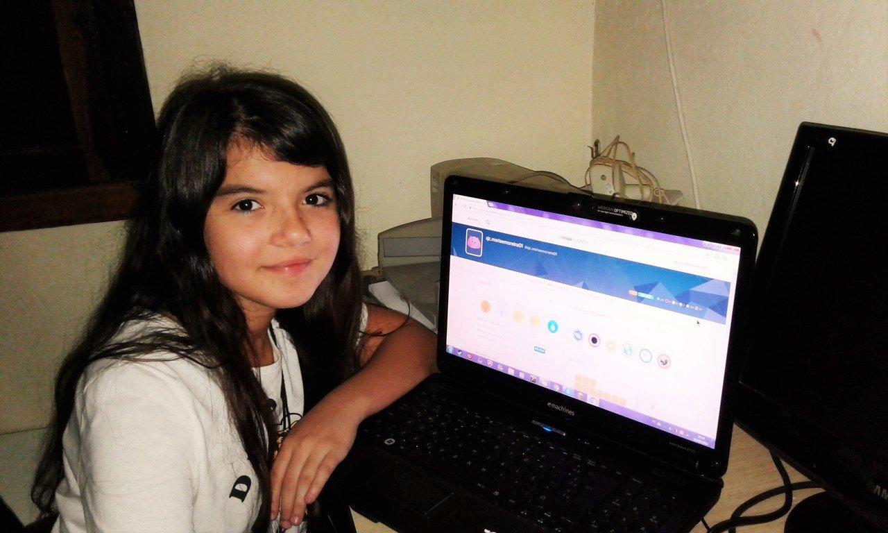 Aluna Maria Eduarda sentada em frente a um notebook