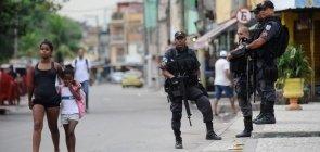 Rio de Janeiro: quem estuda na Maré tem um ano de aulas perdido, diz Luiz Eduardo Soares