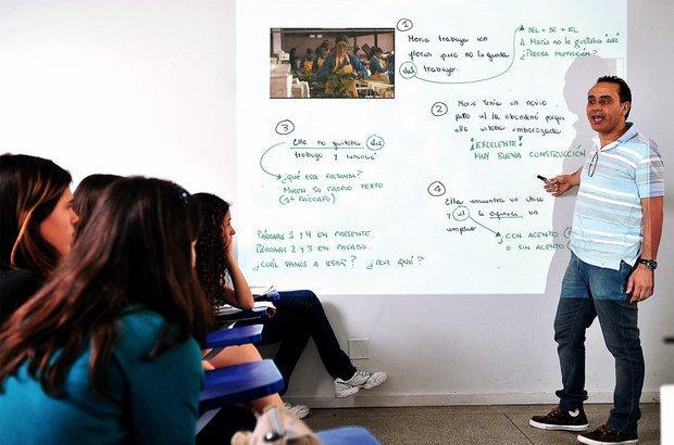 O docente projetou trechos de uma resenha corrigida no quadro e discutiu ponto a ponto. Valter Pontes