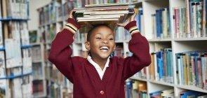 Dia dos Professores 10 livros indicados pelos nossos educadores_ menino negro com livros