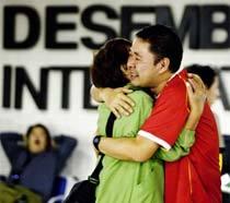 Ex-dekassegui que vivia no Japão e voltou ao Brasil por causa da crise econômica, com familiares, no Aeroporto Internacional de Guarulhos. Foto: ROBERTO SETTON/VEJA