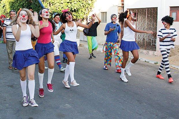 Em cortejo, os alunos saíram pelas ruas de Macau chamando todos para o espetáculo. André Menezes