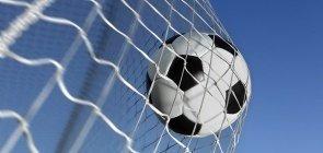 Bola na rede em partida de futebol