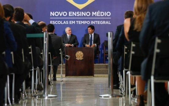 Imagem do presidente Michel Temer discursando durante evento de lançamento do novo Ensino Médio